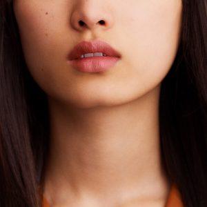 rouge-hermes-matte-lipstick-beige-naturel--60001MV011-worn-6-0-0-1700-1700-q99_b